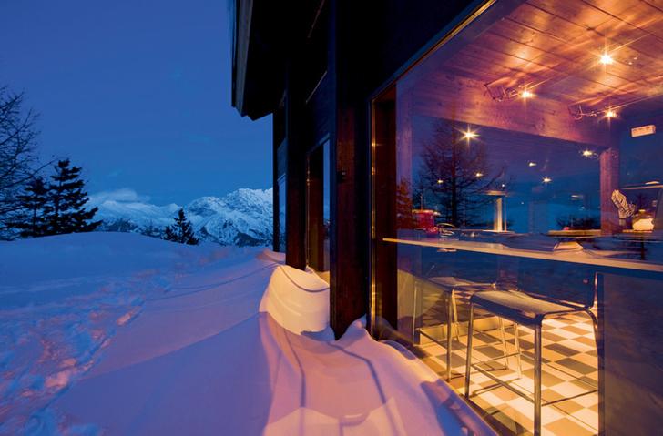 Фабрицио намеренно не разгребает сугробы у стен дома: толстый слой снега дает дополнительную теплоизоляцию.