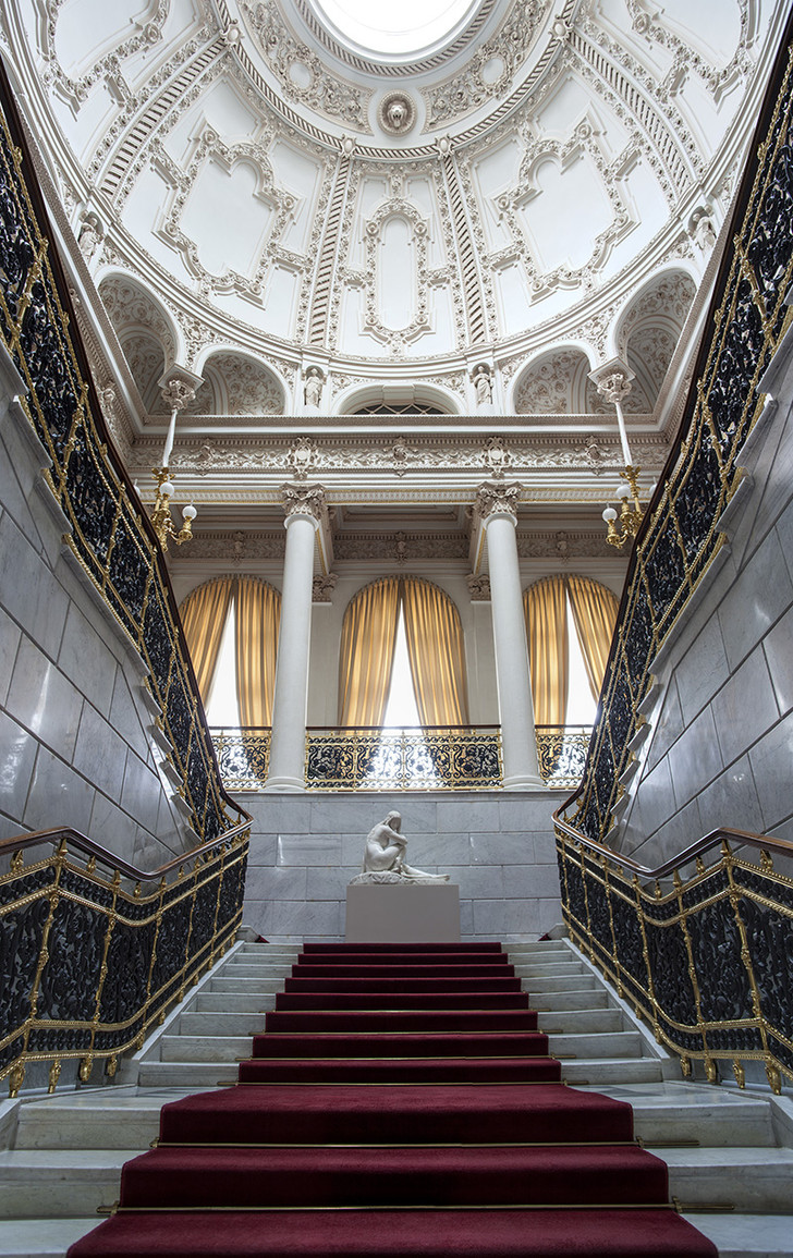 Парадная лестница Шуваловского дворца. Построена по проекту Н.Е. Ефимова в 1840 году, а купол возведен в 1859 году по проекту Р.Б. Бернгарда.