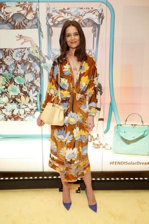 Яркое платье и правильные аксессуары: Кэти Холмс в Fendi (фото 0.1)