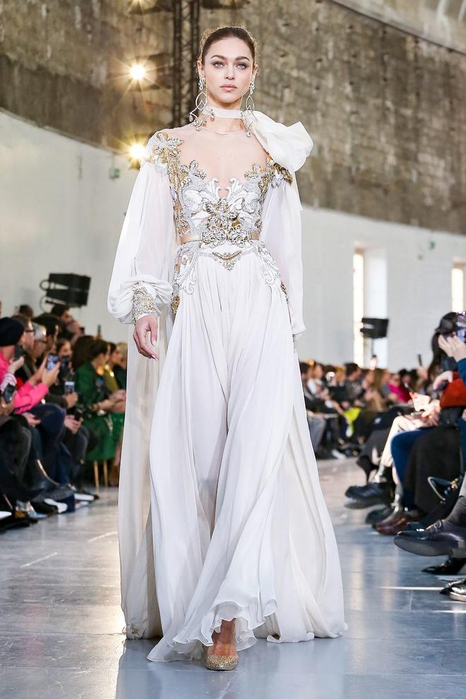Вырезы в форме галстука и сотни тысяч кристаллов: Elie Saab Haute Couture 2020 (фото 35.2)