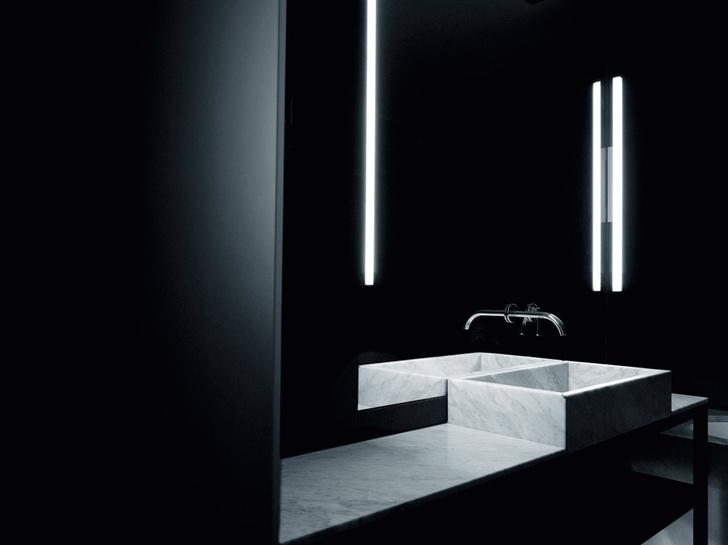 Ванные облицованы керамогранитом, столешницы выполнены из мрамора, сантехника, Boffi & Fantini, дизайн Пьеро Лиссони.