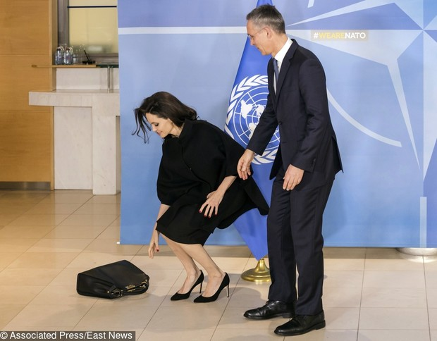 Неловкий момент: Анджелина Джоли растерялась на встрече в Бельгии (фото 2)