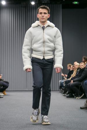 Показ Balenciaga коллекции сезона Осень-зима 2017-2018 года Men prêt-à-porter - www.elle.ru - Подиум - фото 615194