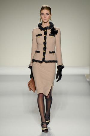 Показы мод Moschino Осень-зима 2011-2012 | Подиум на ELLE - Подиум - фото 2235