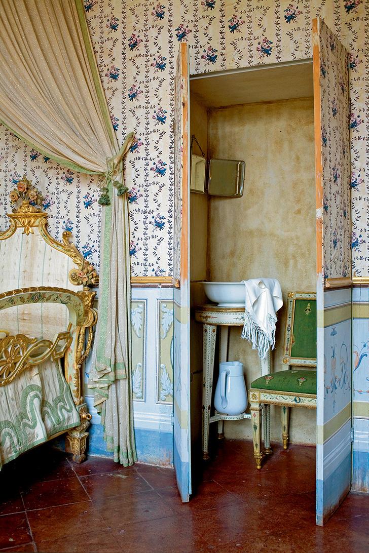 К спальне примыкает потайная комнатка сумывальником. Всего в доме 30 комнат и9ванных.