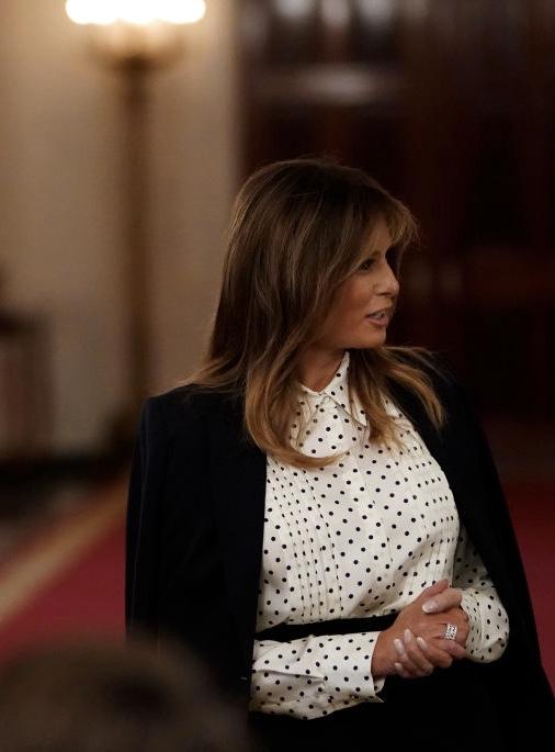 Оптическая иллюзия: как блузка в горошек корректирует фигуру — на примере Мелании Трамп (фото 1)