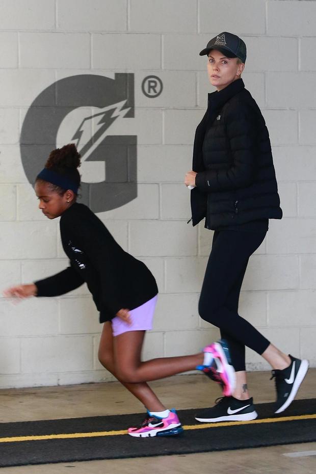 Даже в спортивном костюме – богиня: Шарлиз Терон на прогулке с дочерью (фото 1)