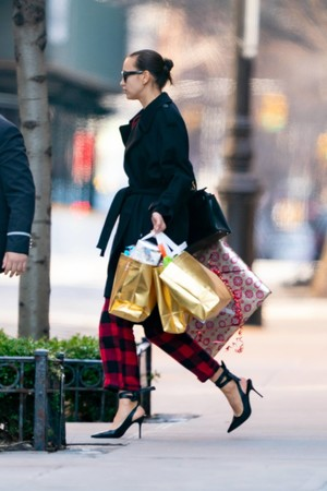 На шопинг как на подиум: Ирина Шейк ходит за подарками на шпильках и в ярком комбинезоне (фото 1.1)