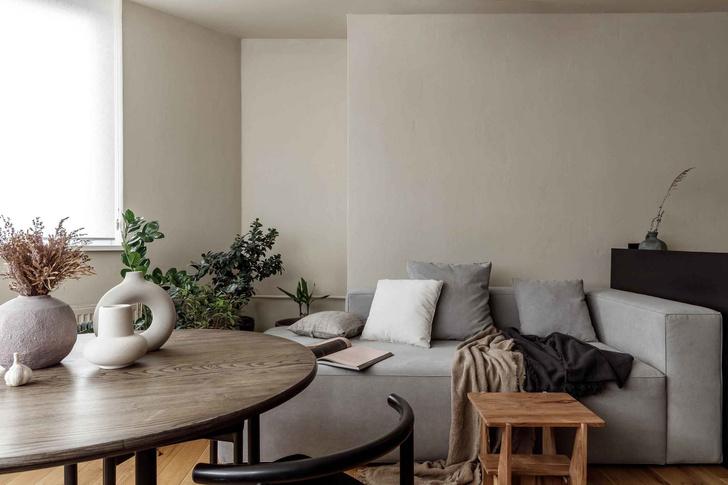 Брутальная квартира в бежевых тонах с черной спальней 72 м² (фото 0)