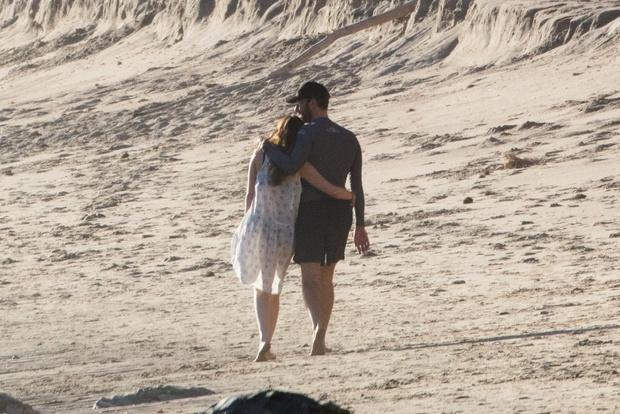 Фото дня: Дакота Джонсон и Крис Мартин на пляже в Малибу (фото 3)