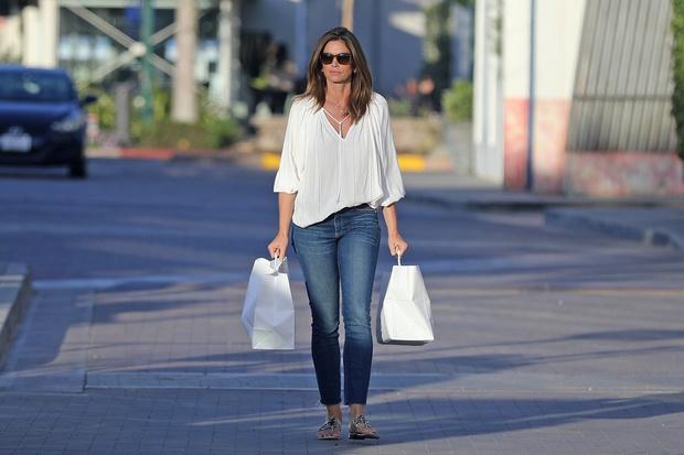 Белая блуза и идеально сидящие джинсы: безупречная Синди Кроуфорд на безлюдных улицах Малибу (фото 1)