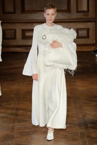 Клатчи в виде подушек на показе Mother of Pearl | галерея [1] фото [11]
