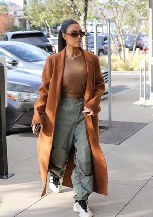 Как сочетать пальто и спортивные штаны? Показывает Ким Кардашьян (фото 0.1)