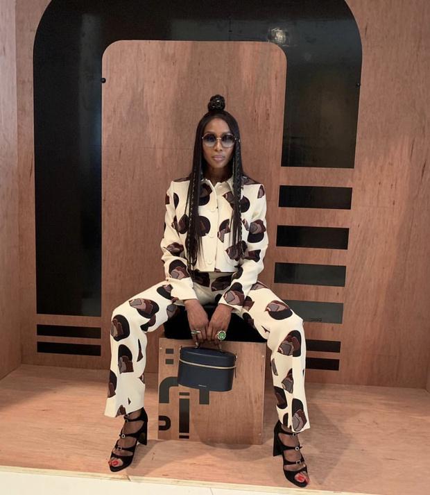 Альтернатива смокингу: Наоми Кэмпбелл в «пятнистом» костюме courreges (фото 1)