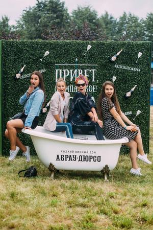 В Санкт-Петербурге состоялся первый винный фестиваль «Пикник Абрау» (фото 1.2)