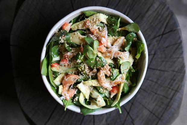 Весенняя свежесть: зеленый салат с крабом по рецепту Lucky Izakaya Bar (фото 1)