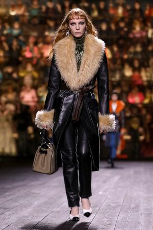 Как носить пуховик с вечерним платьем? Ответ найдете на показе Louis Vuitton (фото 8.1)