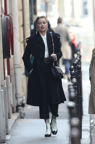 Черные брюки, белая блуза и жемчуг: урок парижского стиля от Эмбер Херд (фото 1.2)