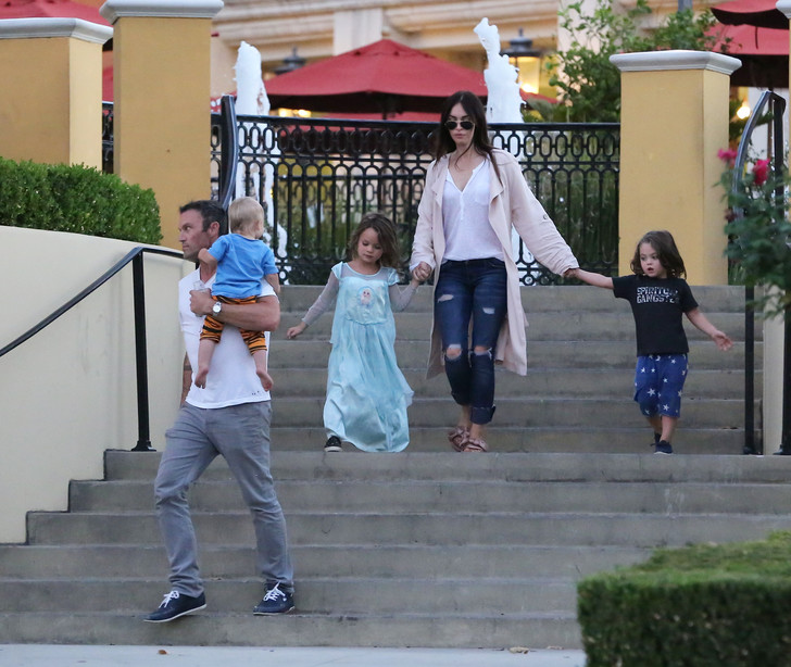 Меган Фокс и Брайан Остин Грин с детьми