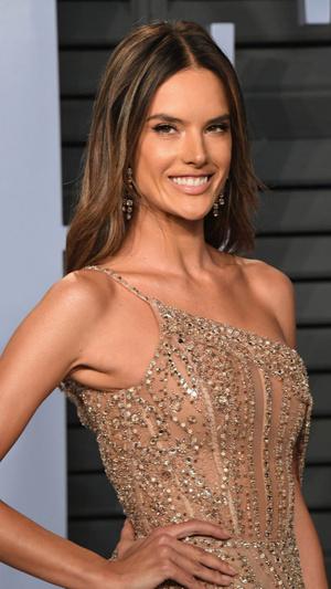 Призрачная нить: самые откровенные платья звезд на вечеринке после «Оскара» (фото 1.2)