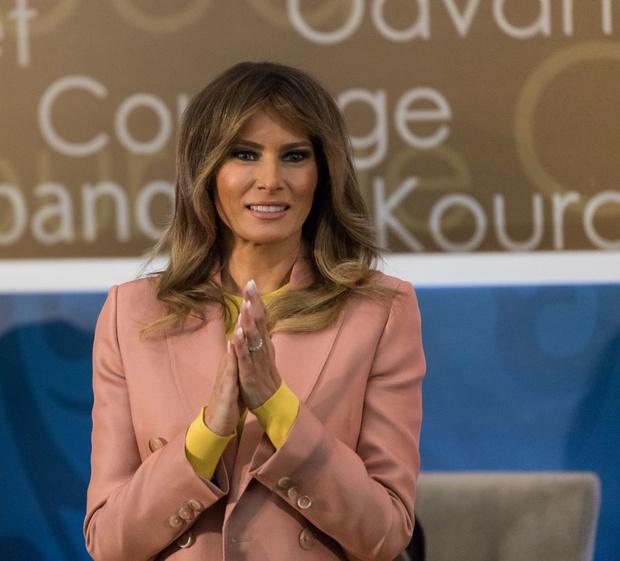Мелания Трамп в розовом костюме Emilio Pucci на премии Women of Courage (фото 3)