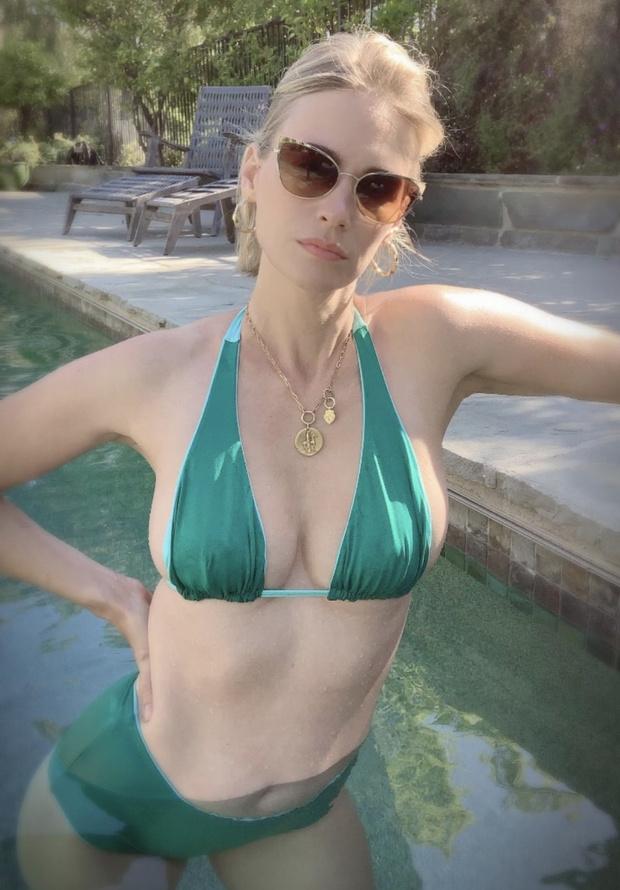 «Вторая Грейс Келли»: изумрудное ретро-бикини Дженьюари Джонс (фото 1)