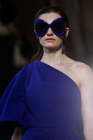 Модная деталь: огромные солнцезащитные очки на Elie Saab Couture SS19 (фото 1.2)