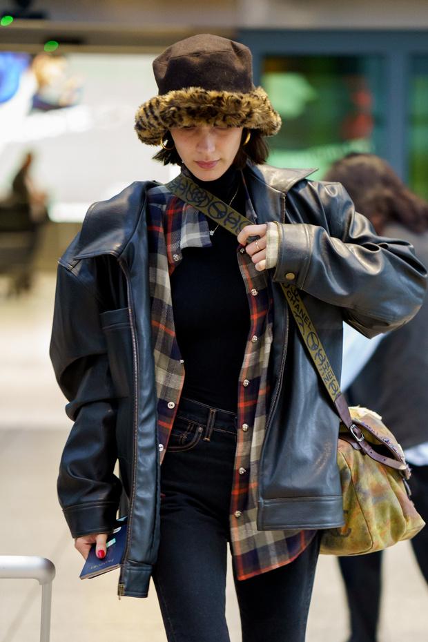С какой сумкой и в какой шляпе путешествует Белла Хадид? (фото 3)