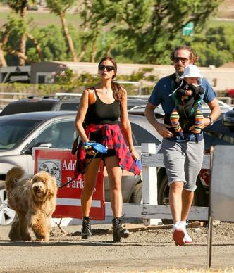 Фото дня: Ирина Шейк и Брэдли Купер с дочерью в Лос-Анджелесе фото [2]