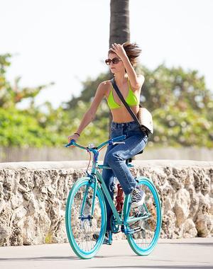 Девушка-лето: Кайя Гербер катается на велосипеде в бикини (фото 1.1)