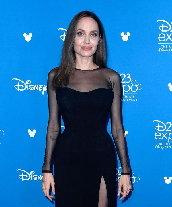 Сексуальные колдуньи носят Versace: Анджелина Джоли на премьере
