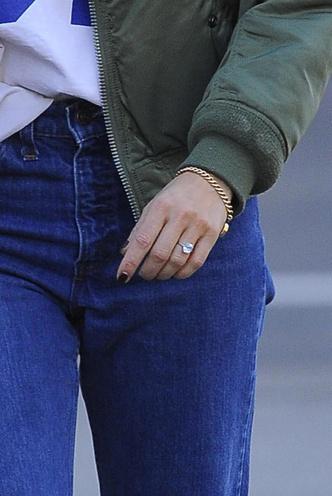 Мы слышим звон церковных колоколов: Сиенна Миллер показала помолвочное кольцо (фото 1.2)