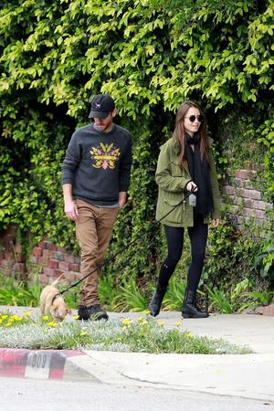Двое в городе, не считая собаки: влюбленная Лили Коллинз на прогулке с бойфрендом (фото 1.1)