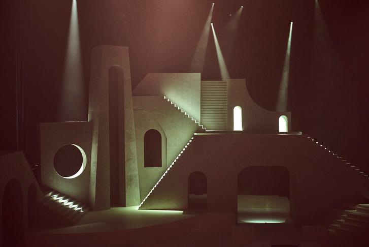 Архитектурные декорации к показу нижнего белья от Рианны (фото 5)