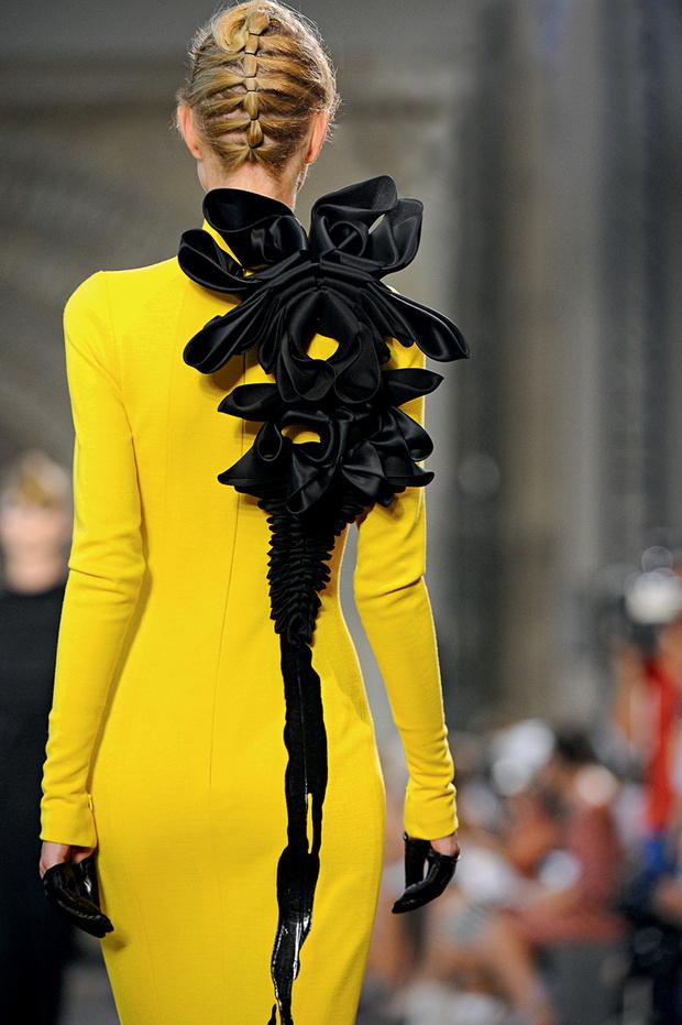 Модель на показе Stéphane Rolland Haute Couture
