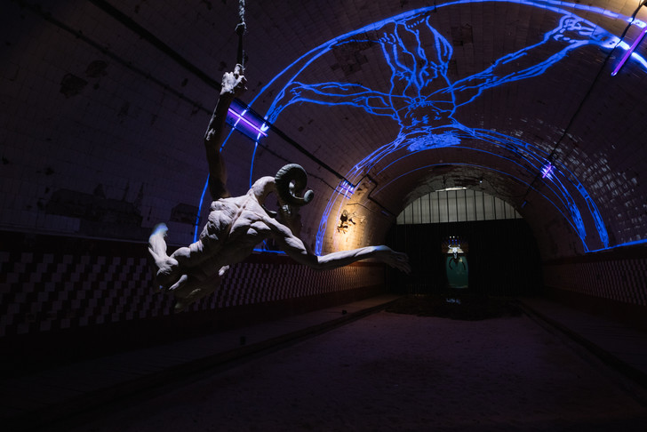 Инсталляция Олега Кулика в Крипте «Игры престолов» на Винзаводе (фото 6)