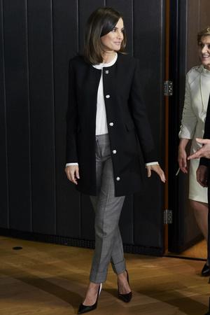 Как Одри Хепберн: королева Летиция в пальто без ворота и в классических брюках (фото 1.1)