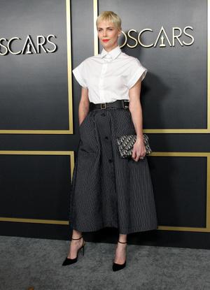 Как всегда безупречна: Шарлиз Терон в черно-белой классике на ланче номинантов премии «Оскар» (фото 1.1)