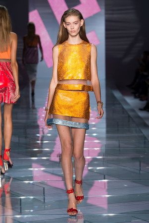 Показ Versace коллекции сезона Весна-лето 2015 года prêt-à-porter - www.elle.ru - Подиум - фото 589321
