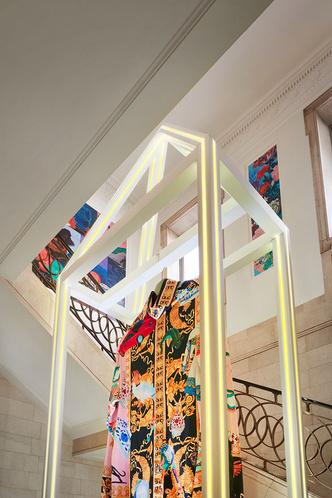 «Неоновая» премьера коллекции Versace Home в Милане (фото 10.2)