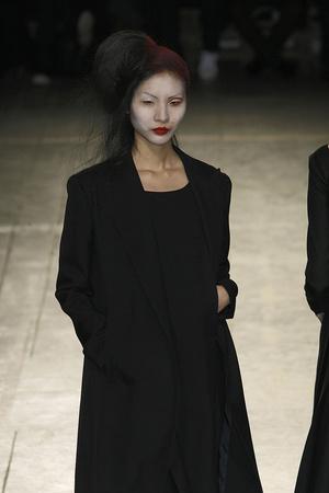 Показ Yohji Yamamoto коллекции сезона Осень-зима 2009-2010 года Prêt-à-porter - www.elle.ru - Подиум - фото 100318