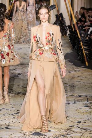 Показ Zuhair Murad коллекции сезона Весна-лето 2018 года Haute couture - www.elle.ru - Подиум - фото 677831