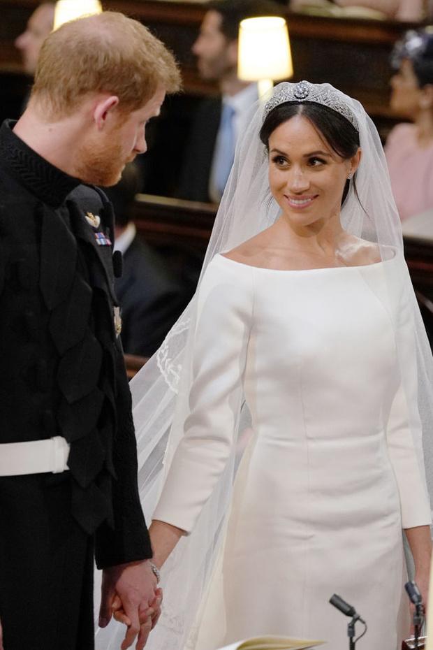 Тайные знаки: дизайнер Клэр Уэйт Келлер рассказала в подробностях о свадебном платье Меган Маркл (фото 1)