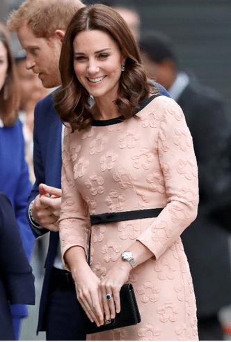 Почему Кейт Миддлтон никогда не красит ногти ярким лаком? фото [10]