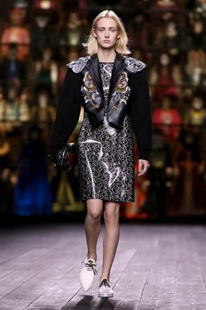 Как носить пуховик с вечерним платьем? Ответ найдете на показе Louis Vuitton (фото 15.1)