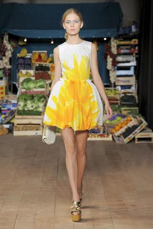Показ Moschino Cheap & Chic коллекции сезона Весна-лето 2012 года prêt-à-porter - www.elle.ru - Подиум - фото 303995