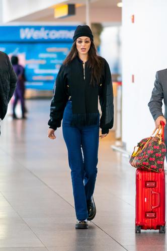 Винтажные джинсы, бомбер и ботинки Dr. Martens: Белла Хадид в Нью-Йорке (фото 2)
