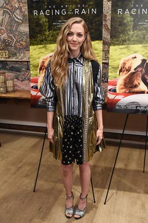 Блеск: Аманда Сайфред д в платье-рубашке Prada на премьере в Нью-Йорке (фото 0.1)