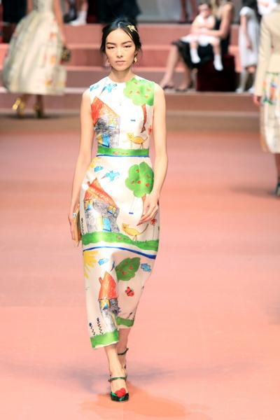Дочки-матери: Dolce & Gabbana представили семейную коллекцию на Неделе моды в Милане | галерея [1] фото [1]