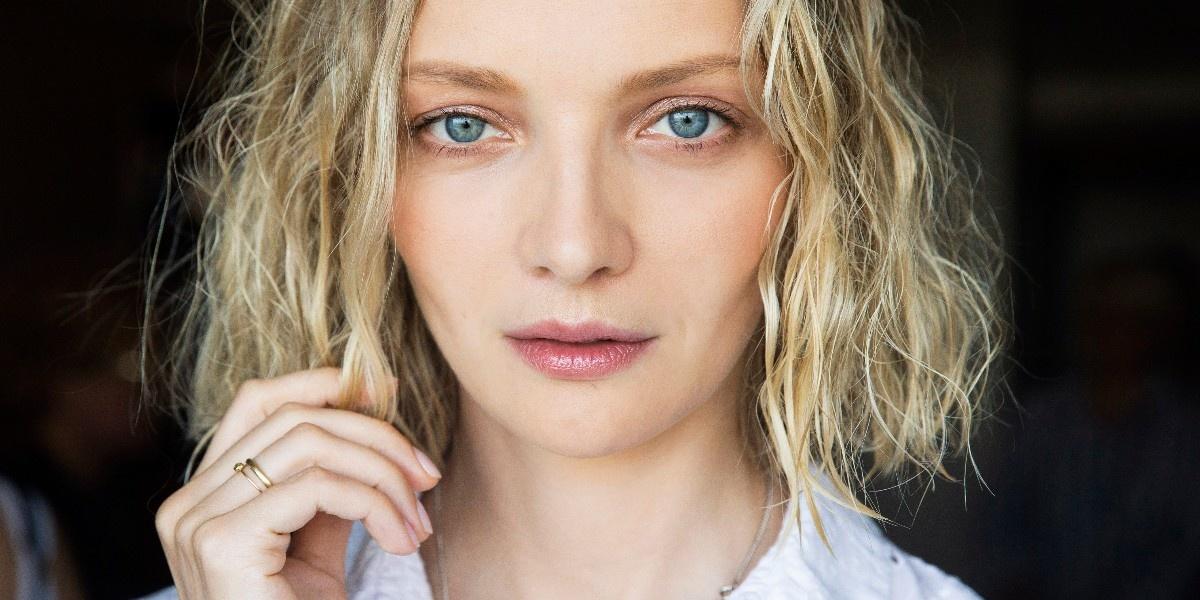 «Мокрые» волосы и золотая пыльца: как повторить образ Екатерины Вилковой